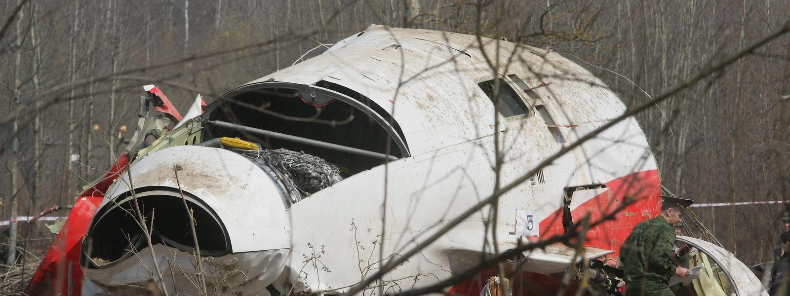 Russische Spezialisten arbeiten am Fundort des abgestürzten Flugzeuges der polnischen Regierung Tupolev Tu-154.