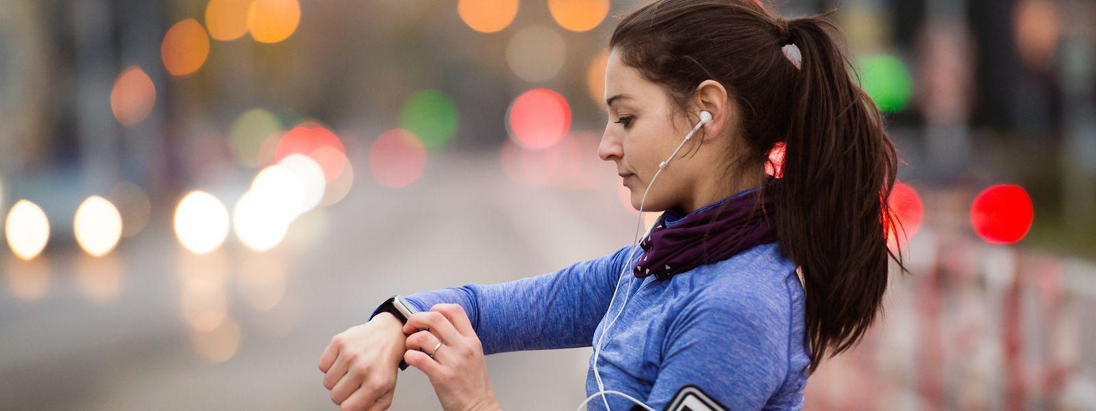 Que deviendraient les millions de données sur l'état de forme des sportifs possédant un bracelet connecté Fitbit? La question préoccupe l'UE.