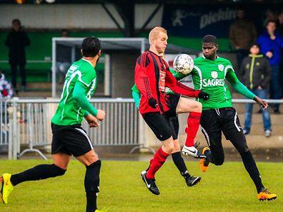 Philippe Sachsen (FCK) contre Bruno Gomis (d)Photo: Serge Daleiden