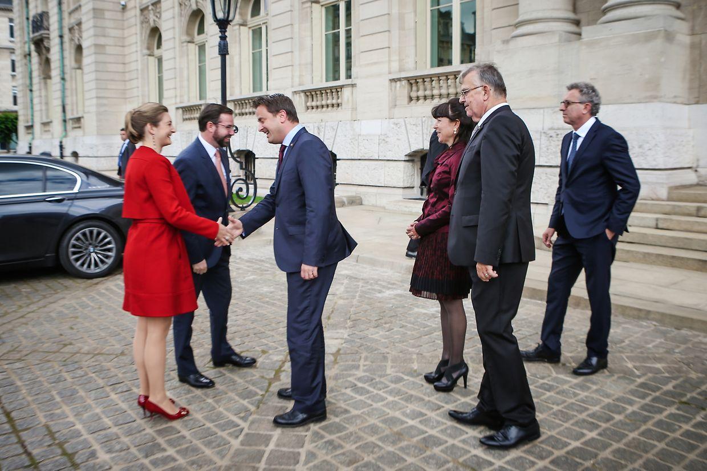 Prinzessin Stéphanie und Ergroßherzog Guillaume bei ihrer Ankunft vor dem Arbed-Gebäude.