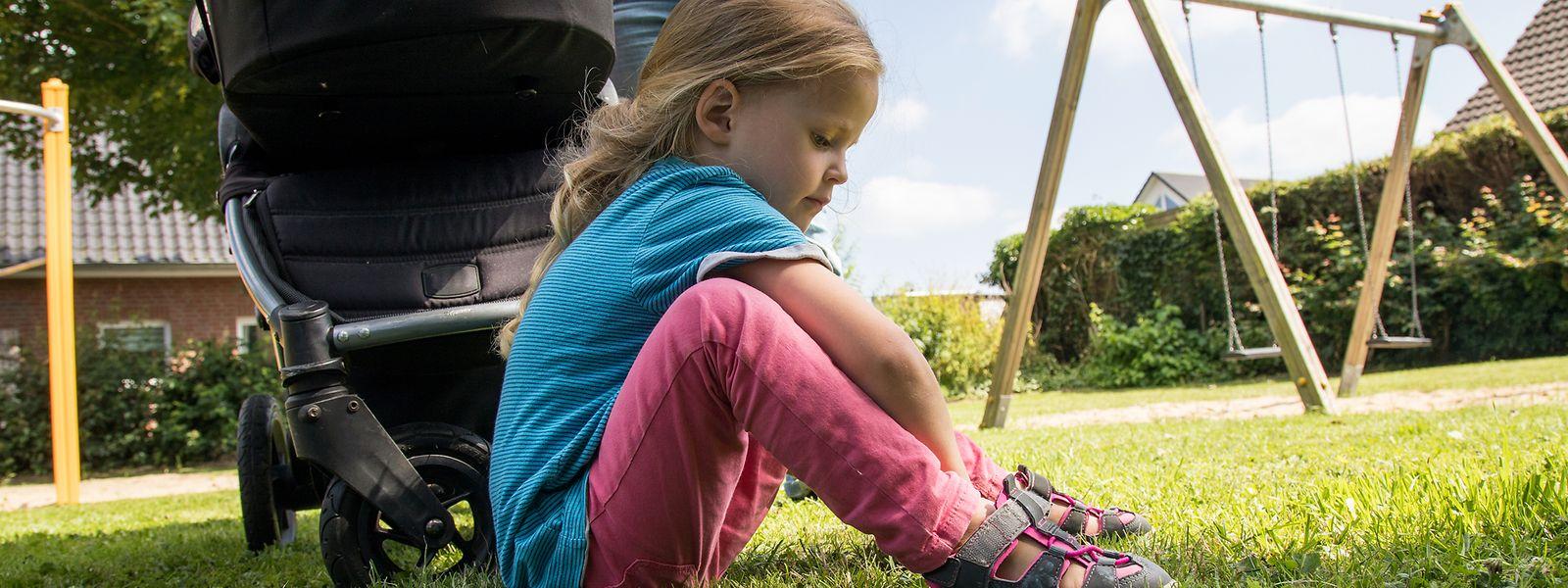 Eltern sollten geduldig sein, wenn das Anziehen der Schuhe länger dauert - und es nicht vorschnell selbst machen.