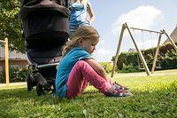 ILLUSTRATION - Zum Themendienst-Bericht von Tom Nebe vom 17. Juli 2020: Lasst die Kinder machen: Eltern sollten geduldig sein, wenn das Anziehen der Schuhe länger dauert - und es nicht vorschnell selbst machen. Foto: Christin Klose/dpa-tmn - ACHTUNG: Nur zur redaktionellen Verwendung im Zusammenhang mit dem genannten Text - Honorarfrei nur für Bezieher des dpa-Themendienstes +++ dpa-Themendienst +++