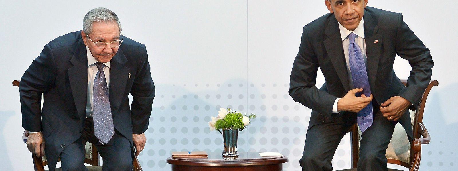 Le président cubain Raul Castro et le président des Etats-Unis Barack Obama prennent place pour une heure de discussion, à Panama.