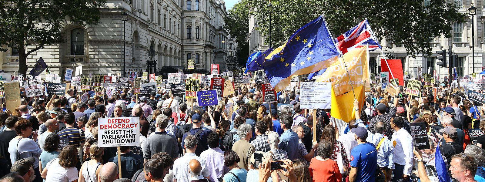 Zahlreiche Menschen versammelten sich zu einer Demonstration gegen die Entscheidung von Premier Johnson das britische Parlament in eine Zwangspause zu schicken.