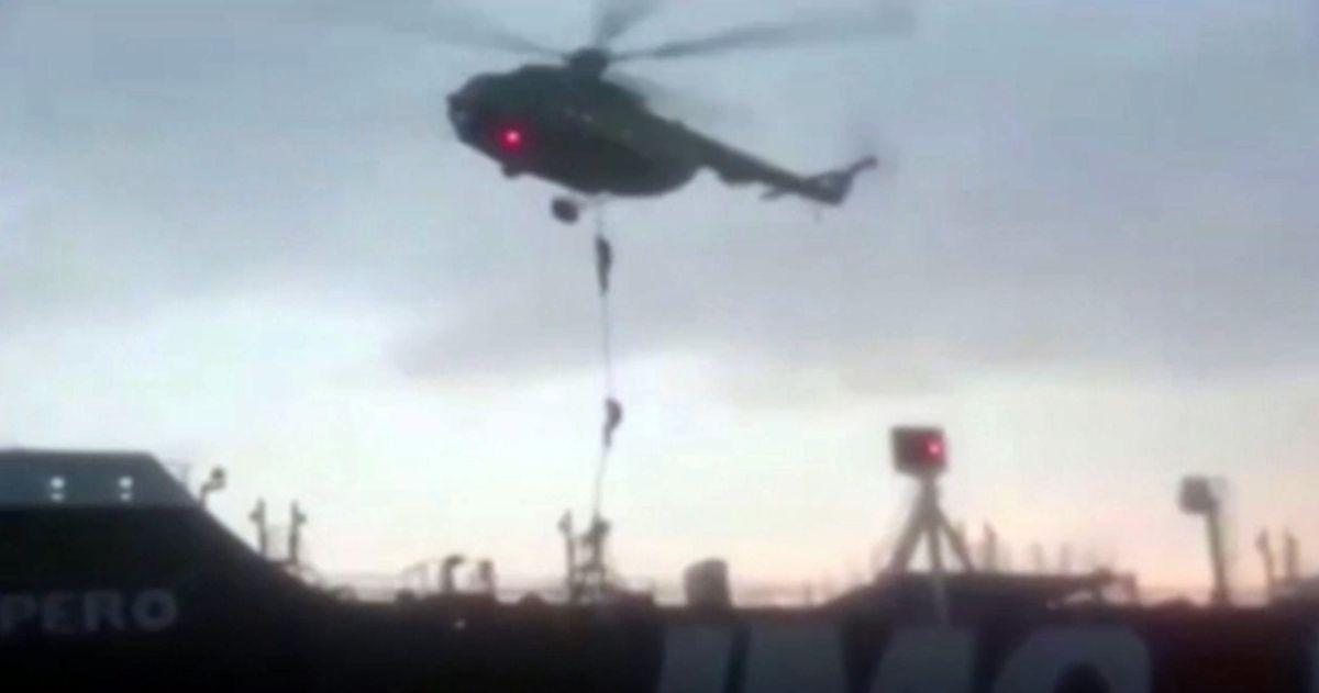 Dieses Videostandbild von der Iranischen Revolutionsgarde zeigt Mitglieder der Revolutionsgarde, die sich von einem Hubschrauber  auf den britischen Öltanker Stena Impero abseilen. Iran hatte den unter britischer Flagge fahrenden Öltanker «Stena Impero» am Freitag festgesetzt. Britische Medien veröffentlichten von dem Vorfall am Wochenende Audioaufnahmen.