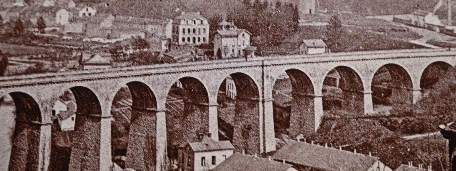 """Blick auf Clausen und Pfaffenthal und immer wieder im Auge der Kamera die Brücke, über die der """"Feierwon"""" fährt und dabei Reisende nach Luxemburg bringt."""