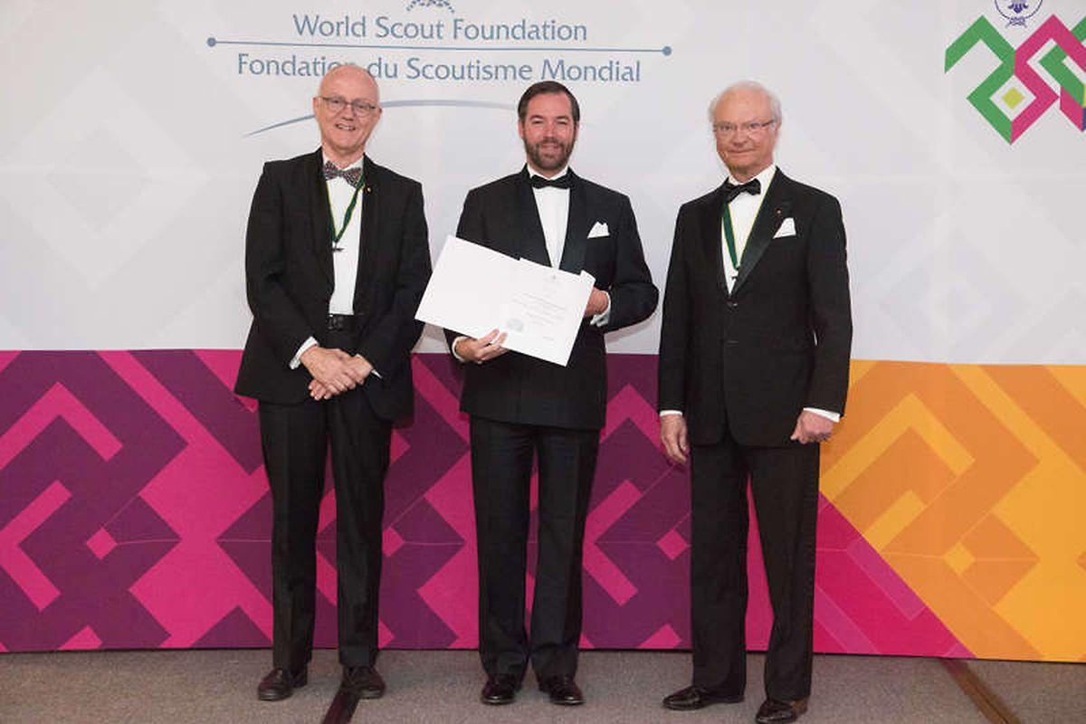 Lors de son admission comme membre de la Fondation mondiale du Scoutisme, le Grand-Duc héritier est entouré (de g. à dr.) par M. Lars Kolind, président de la fondation et de Charles XVI Gustaf, roi de Suède et président honoraire.