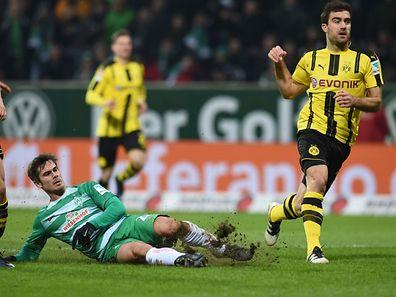 Bremens Mittelfeldspieler Fin Bartels trifft zum 1:1 gegen Borussia Dortmund.