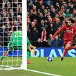 11.12.2018, Großbritannien, Liverpool: Fußball: Champions League, FC Liverpool - SSC Napoli, Gruppenphase, Gruppe C, 6. Spieltag im Anfield Stadium. Liverpools Mohamed Salah (r) schießt das 1:0 gegen Neapels Torhüter David Ospina. Foto: Peter Byrne/PA Wire/dpa +++ dpa-Bildfunk +++