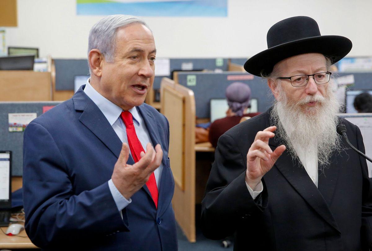 Der strengreligiöse Wohnungsminister und frühere Gesundheitsminister Jakov Litzman (l.) von der Partei Vereinigtes Tora-Judentum erklärte aus Protest gegen die Lockdown-Maßnahmen seinen Rücktritt. Somit verliert Ministerpräsident Bejamin Netanjahu einen wichtigen Koalitionspartner.