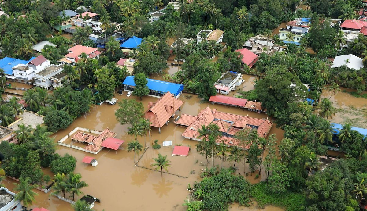 Überflutung im Norden von Kochi (Kerala): Rettungskräfte suchten hier nach Überlebenden der Flut, die berteits über 350 Todesopfer gefordert hat.