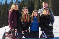(L-R) Queen Maxima, Princesses Catharina-Amalia, Ariane, Alexia and King Willem-Alexander pose for a photo session of the Dutch Royal Family on the occasion of their winter holiday in Lech, Austria on February 25, 2019. (Photo by DIETMAR STIPLOVSEK / APA / AFP) / Austria OUT