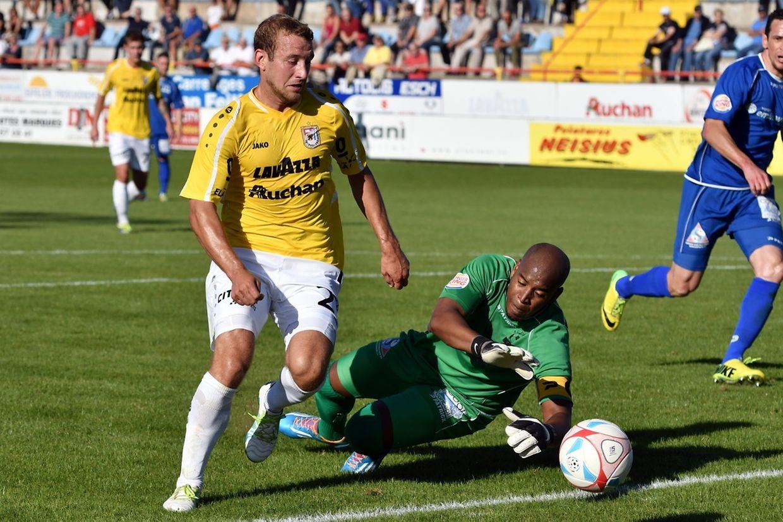 Dominik Stolz dribble Jailson Moreira et inscrit le quatrième but dudelangeois à la 36e minute.