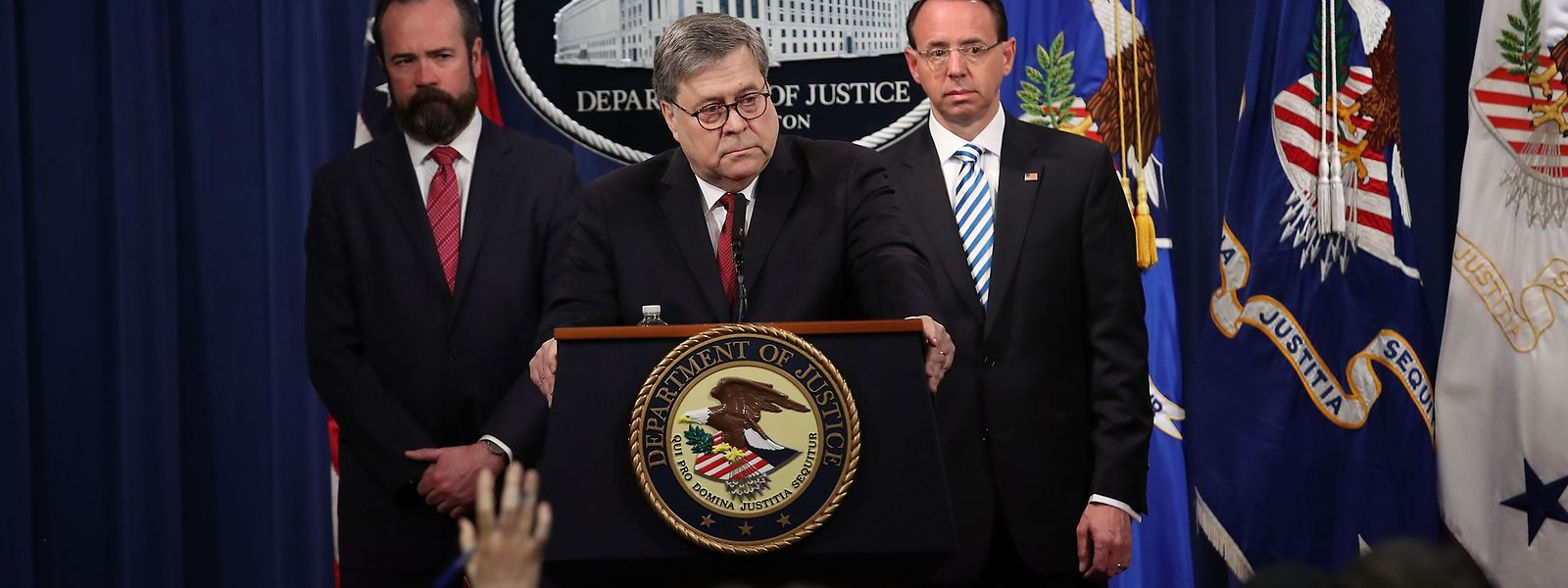 Justizminister William Barr (Mitte) vor der Veröffentlichung.