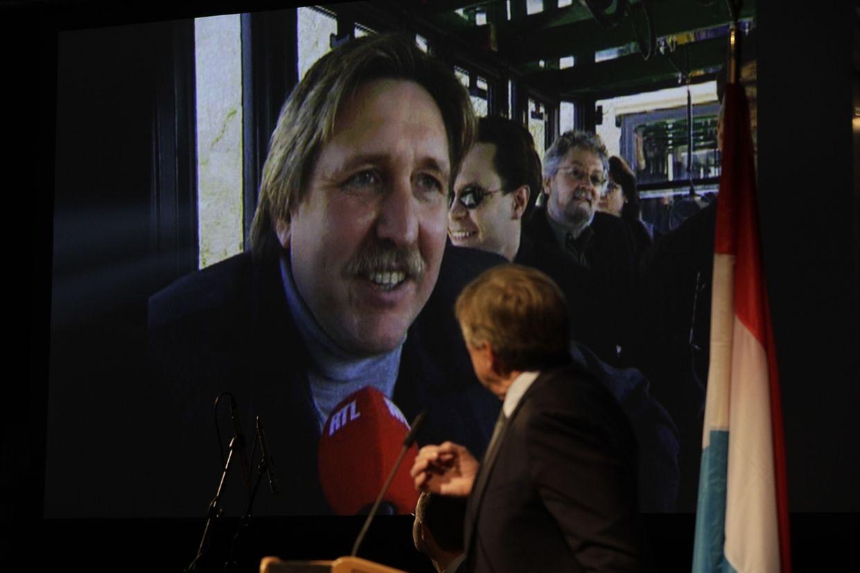 François Bausch erinnert an eine Pro-Tram-Kampagne der Grünen. Das Interview im Hintergrund wurde im Jahr 2000 augestrahlt.