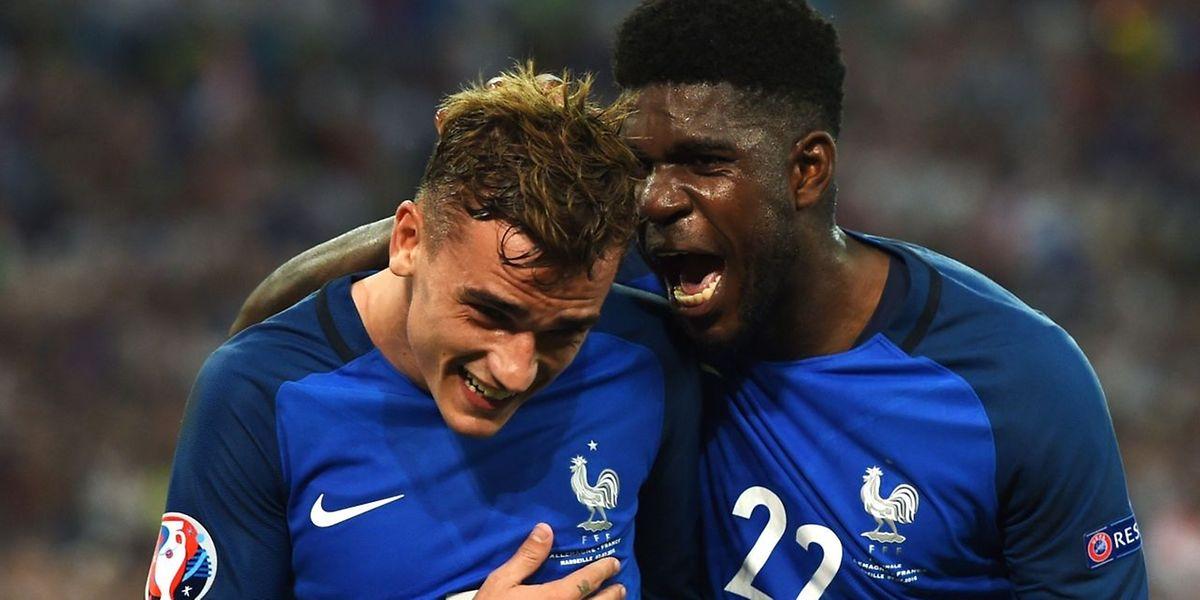 Samuel Umtiti félicite le héros de la soirée Antoine Griezmann. La France disputera la finale de son Euro.