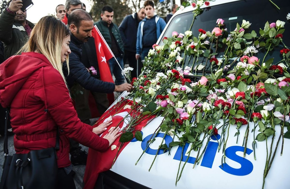 De nombreux Turcs ont déposé des fleurs dimanche matin sur les lieux des deux attaques.