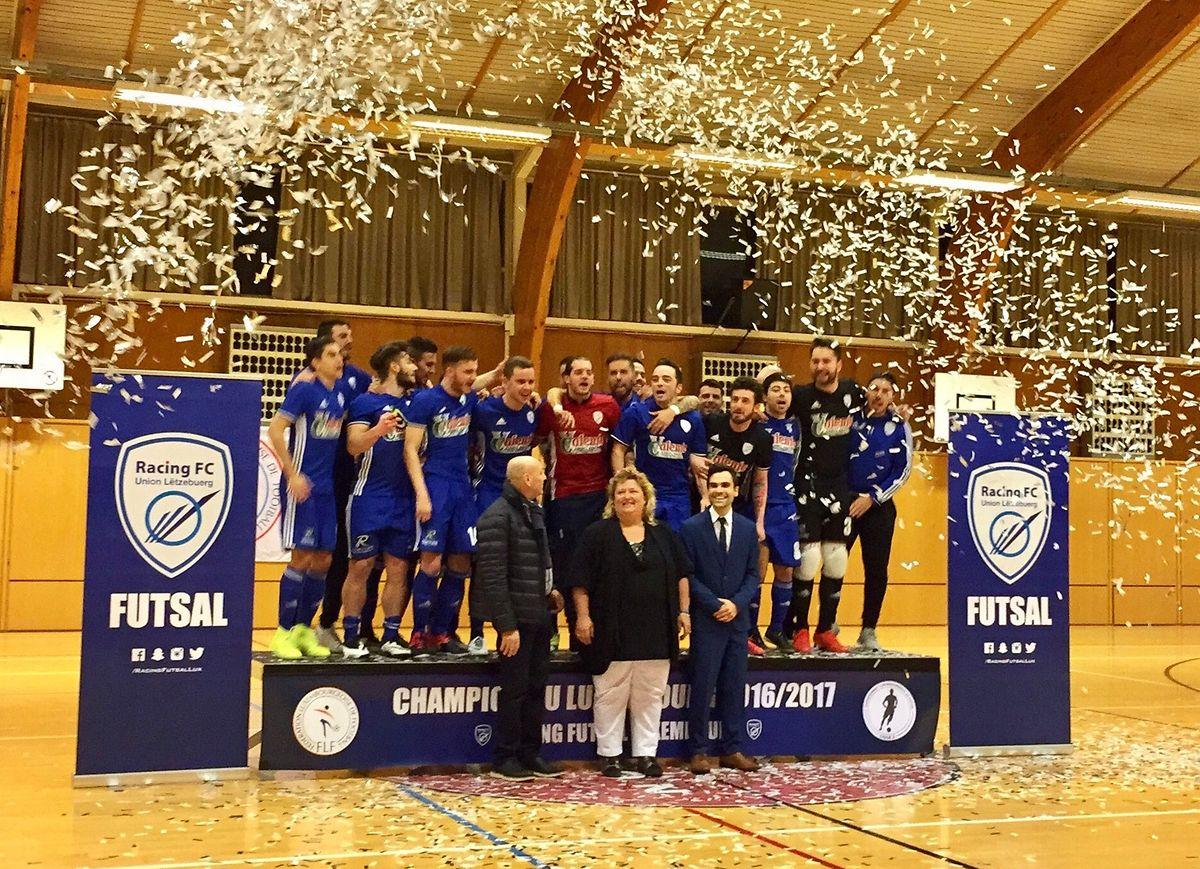 A equipa de futsal do Racing FC festejou a subida à Ligue 1, na presença da presidente do clube, Karine Reuter (ao centro).