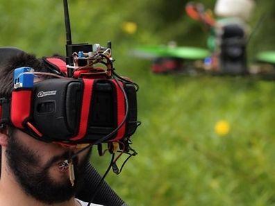 Agustin Zanoli ressent les sensations fortes en pilotant un drone, caméra embarquée, qui peut atteindre une vitesse de 150 km/h.