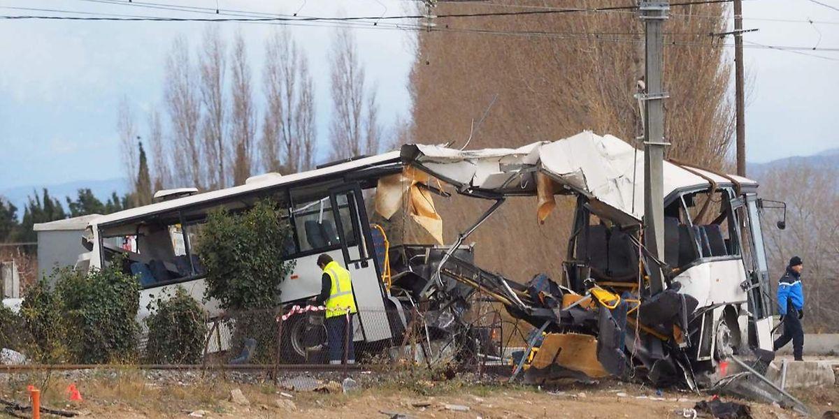 Sous la violence du choc avec un TER, le premier autocar scolaire a été littéralement coupé en deux.