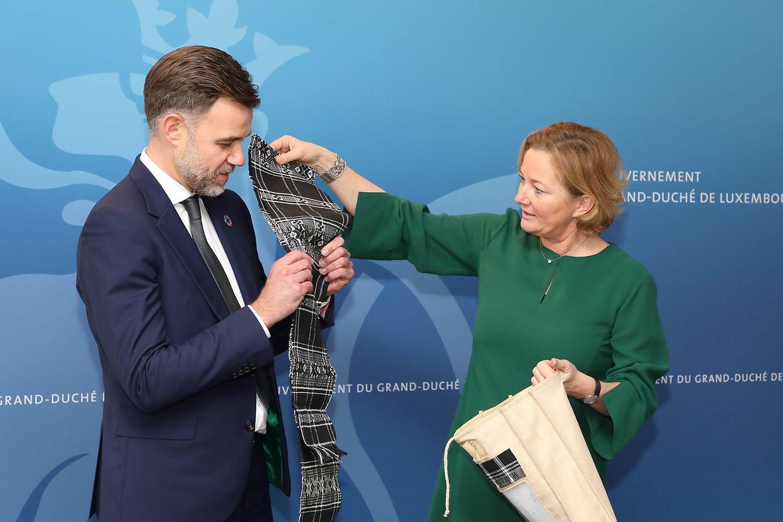Momento da transferência de poderes no Ministério da Cooperação entre Franz Fayot e Paulette Lenert.