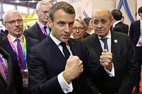 French President Emmanuel Macron (C) gestures as he visits pavilions during the China International Import Expo in Shanghai on november 5, 2019. (Photo by ludovic MARIN / AFP)