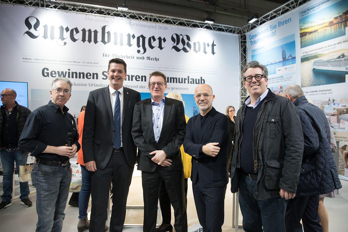 """Der Stand des """"Luxemburger Wort"""" in Halle 9 ist ein beliebter Treffpunkt. Von links nach rechts: Petz Sandt (Régie.lu), Tourismus-Minister Lex Delles, Robert Hever (Régie.lu), Luxexpo-CEO Morgan Gromy und Claude Feyereisen (""""Luxemburger Wort"""")."""