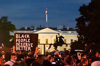 As manifestações para condenar a brutalidade usada pelos polícias na morte de George Floyd chegaram à Casa Branca, em Washington.