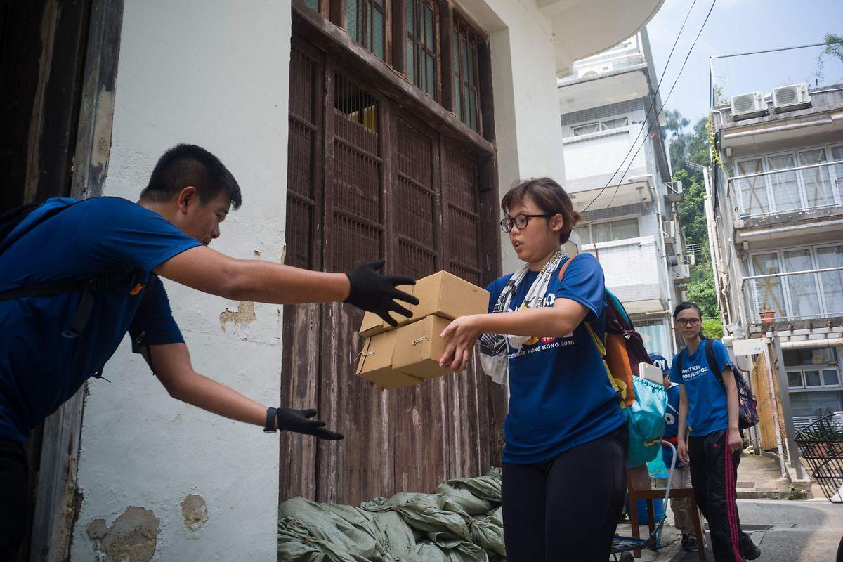 Freiwillige helfen Güter in Sicherheit zu bringen. Dies in Erwartung des  Taifuns.