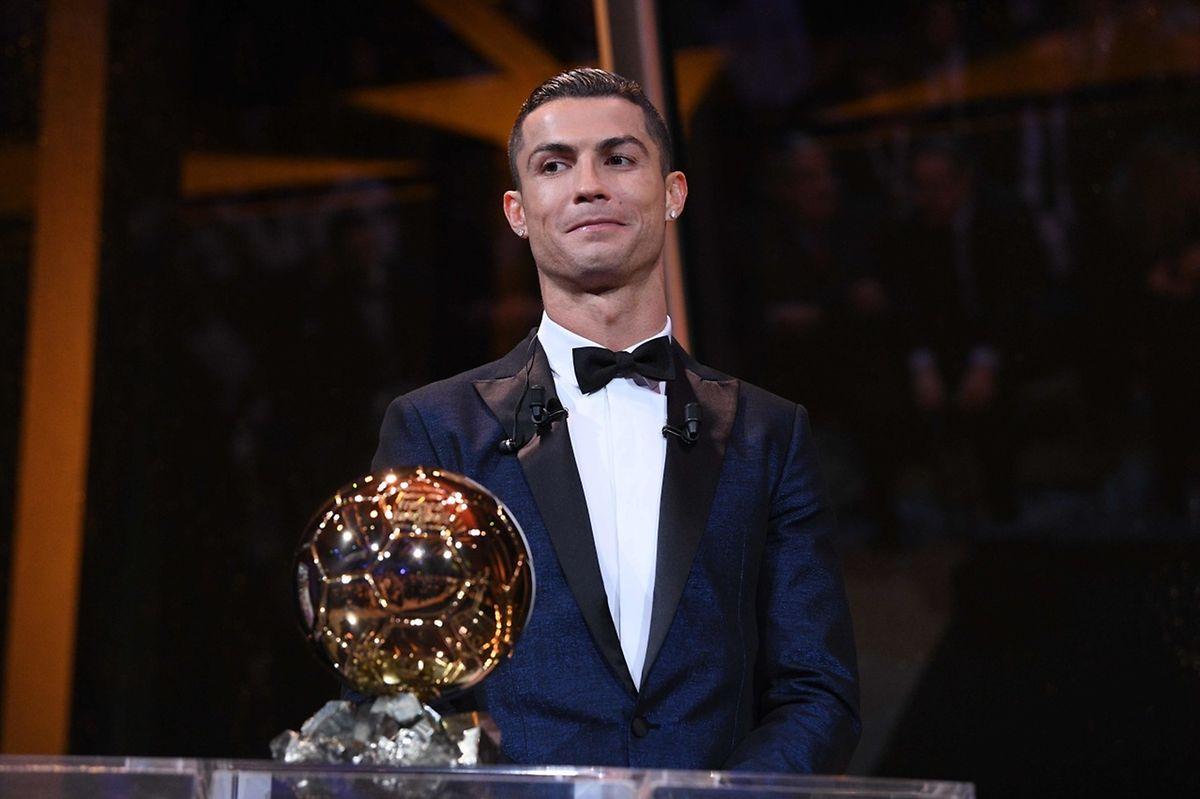 Cristiano Ronaldo posa com a Bola de Ouro conquistada em Paris, 7 dezembro 2017.