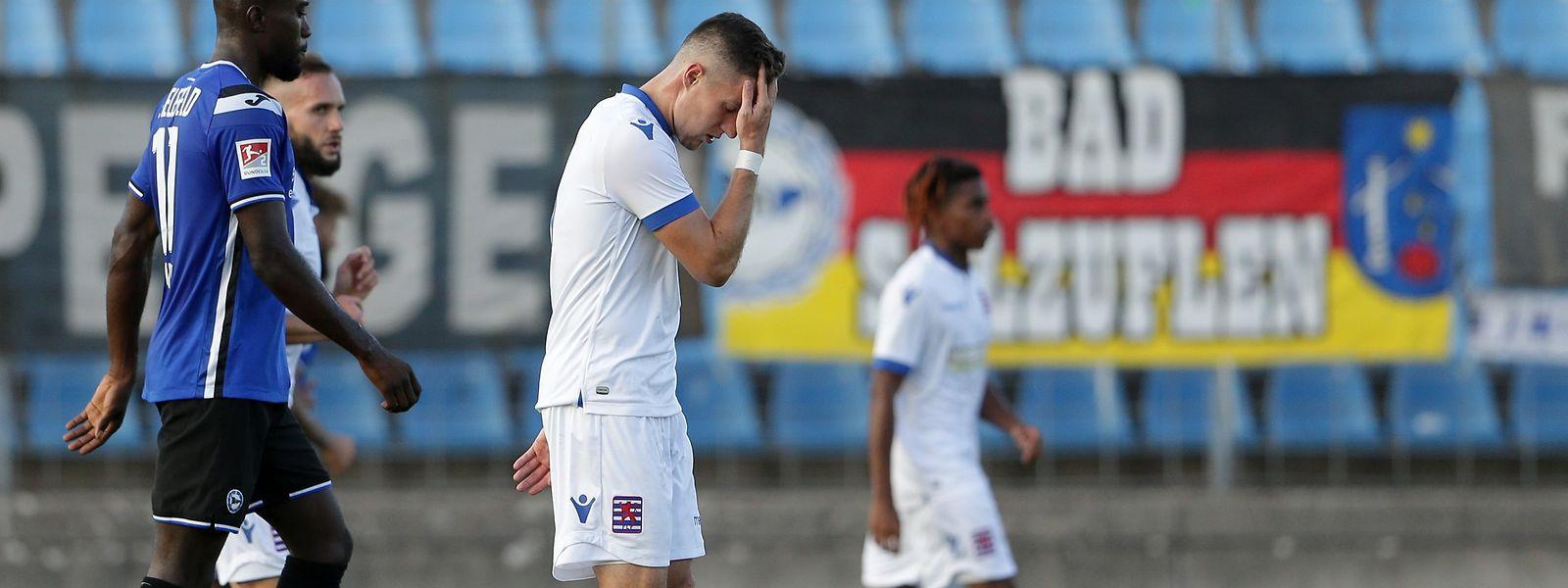 Le Luxembourg a sombré en première période contre Bielefeld suite à une cascade d'erreurs individuelles. De quoi donner un mal de crâne à Chris Philipps...