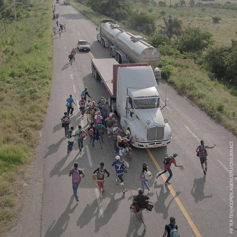 """Gewinner in der Kategorie Spot News: """"The Migrant Caravan"""" von Ten Hoopen. Der niederländisch-schwedischen Fotograf Pieter Ten Hoopen begleitete mit der Kamera den Flüchtlingstrek, der im Oktober und November 2018 knapp 7000 Migranten durch Zentralamerika führte."""