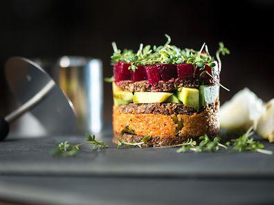 Kleingewürfelte Zutaten wie Couscous oder Avocado fallen gerne auseinander: Mit einem Speisering aus Metall werden sie in Form gebracht.