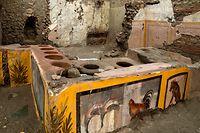 HANDOUT - 26.09.2020, Italien, Pompeji: Das am 26.12.2020 zur Verfügung gestellte Foto zeigt einen Blick in eine antike Imbissbude aus der Zeit des Untergangs der Stadt, Archäologen haben hier einen intakten Tresen ausgegraben. Die «Snack Bar», wie sie das Museum bezeichnete, sei eine der ältesten in Pompeji, teilte der Parco Archeologico mit. Foto: Luigi Spina/Parco Archeologico/dpa - ACHTUNG: Nur zur redaktionellen Verwendung im Zusammenhang mit der aktuellen Berichterstattung und nur mit vollständiger Nennung des vorstehenden Credits +++ dpa-Bildfunk +++