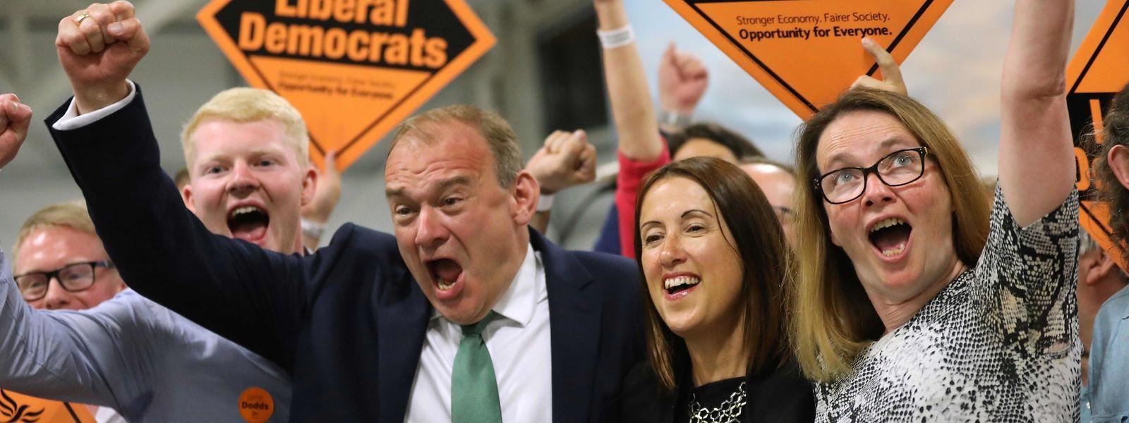 Ed Davey et Jane Dodd, victorieux lors du scrutin dans la circonscription de Brecon et Radnorshire, au Pays de Galles.