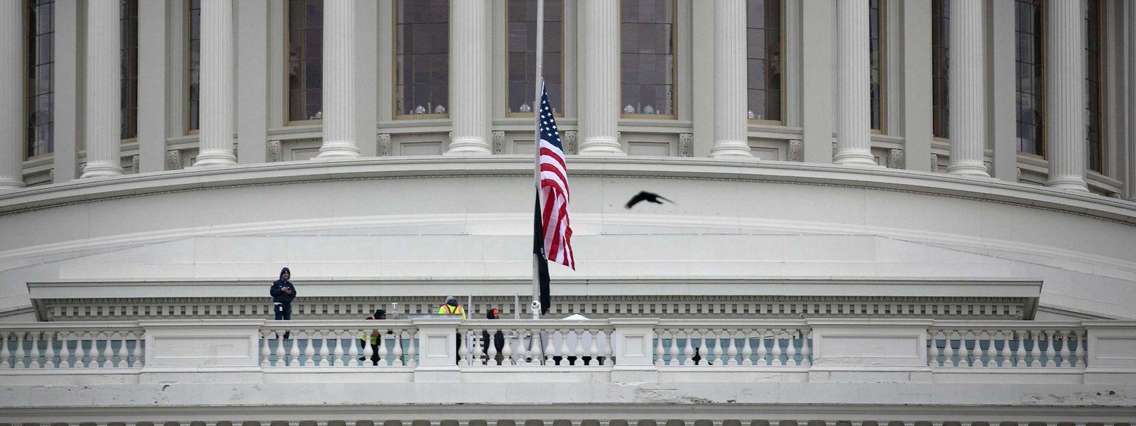 Nach dem Sturm auf das Kapitol in Washington stehen die Flaggen vor dem Gebäude auf Halbmast.