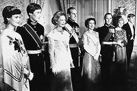 Schnappschuss vor dem Galadinner im Parlamentsgebäude: Das großherzogliche Paar Jean und Joséphine Charlotte mit den Staatsgästen aus Großbritannien. Ebenfalls am Bild: Der spätere Großherzog Henri (2.v.l.), Prinzessin Margaretha (l.) Prinzessin Marie-Astrid (2.v.r.) und Prinz Jean (r.).