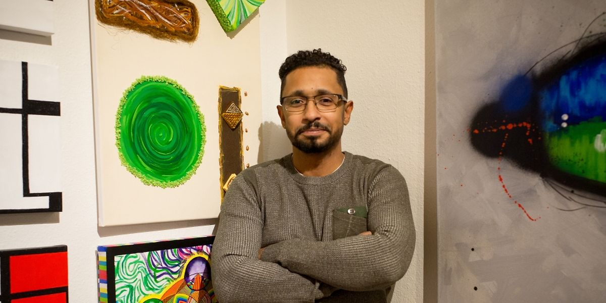 Marcio Lobato, hier vor einigen seiner Gemälde, lässt sich seine schwere Erkrankung nicht anmerken.