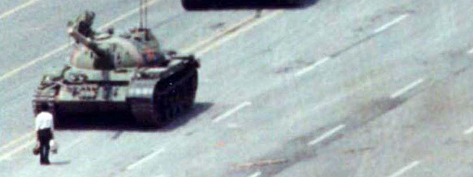 Es ist Bild des friedlichen Widerstandes 1989: Ein couragierter Bürger stellt sich den Panzern auf dem Platz des Himmlischen Friedens entgegen.