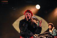 Vêtue d'un jogging rouge, avec un béret assorti, la jeune chanteuse belge Angèle a commencé son show avec sa célèbre chanson «La thune».