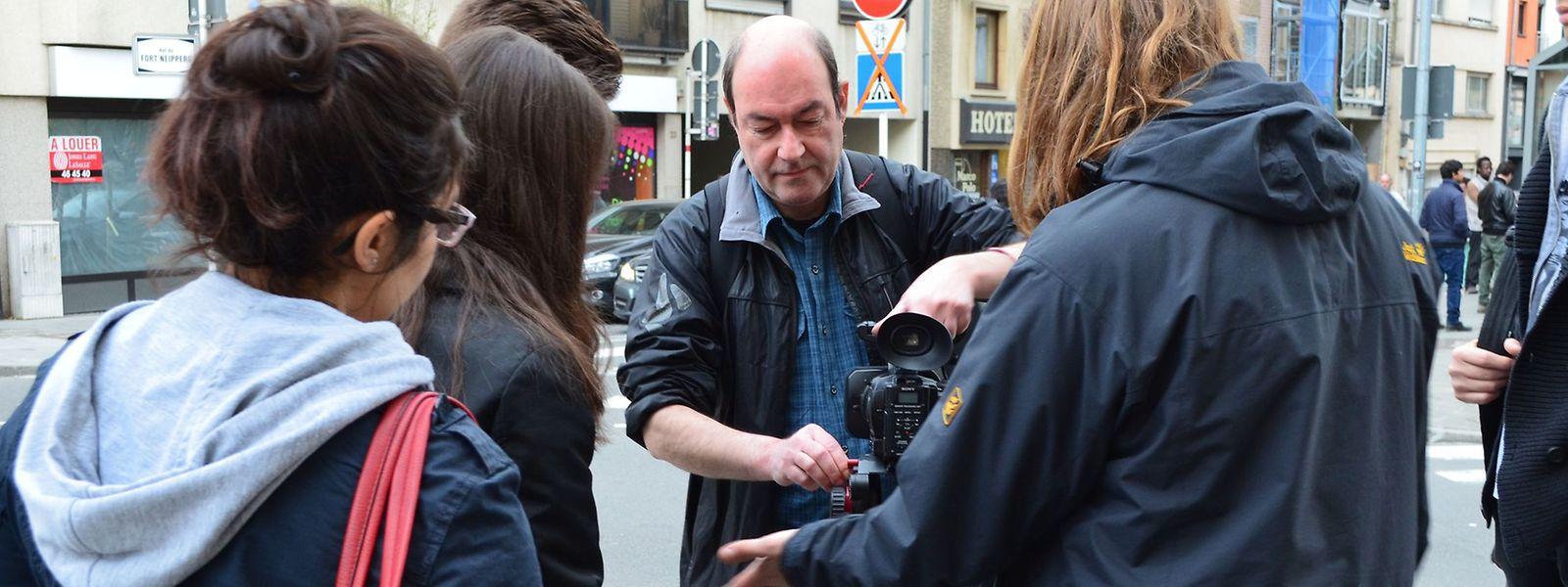 Claude Lahr (au centre) explique aux jeunes comment tourner une séquence.