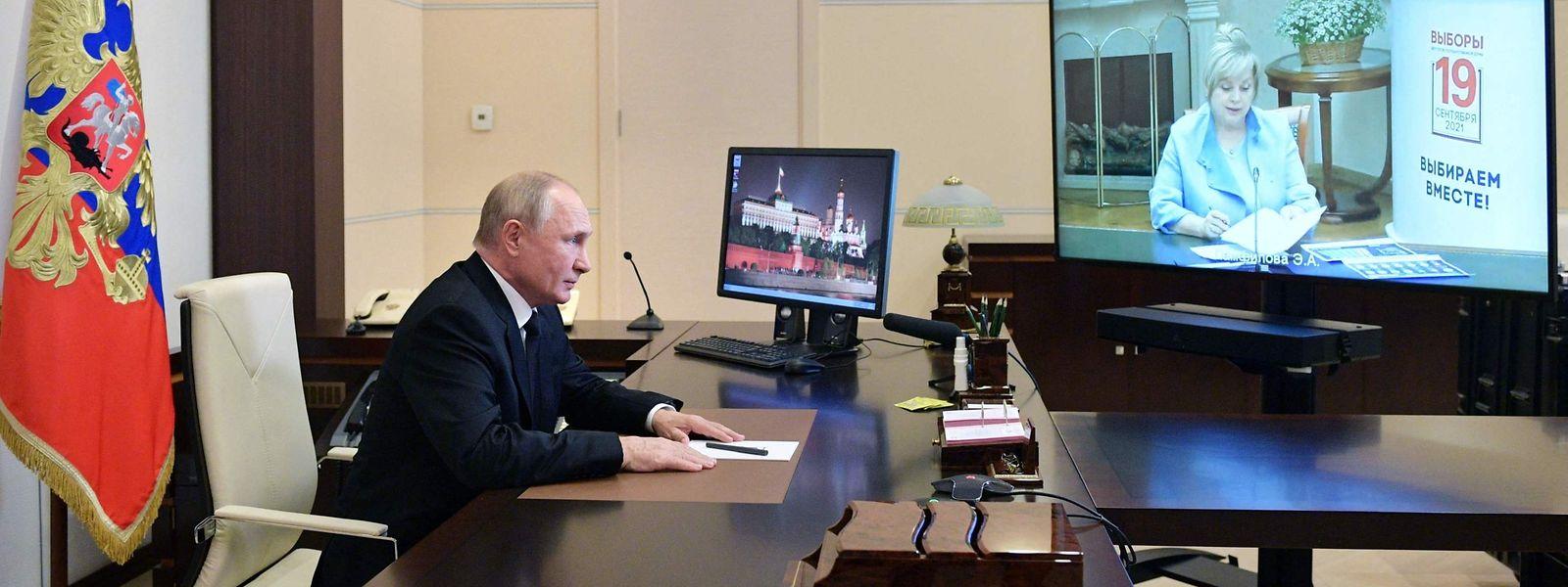 Es läuft für Wladimir Putin: Der russische Präsident konferiert am Montag mit Ella Pamfilowa, der Vorsitzenden der russischen Wahlkommission.