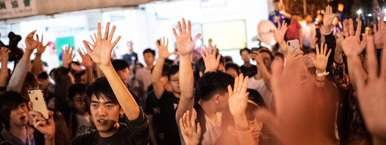 Anhänger des Demokratielagers feiern den Wahlsieg und strecken ihre Hand aus - symbolisch für die fünf Forderungen der Protestbewegung.