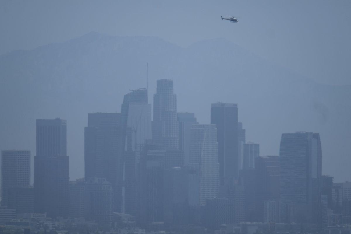 Die Skyline von Los Angeles verschwindet im Smog.