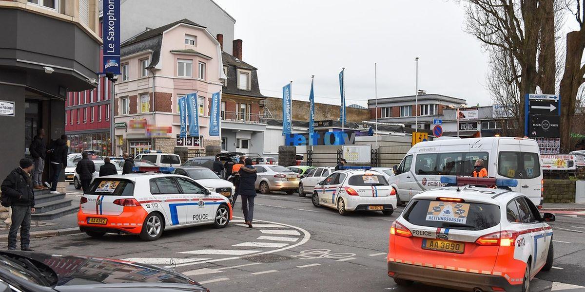 Die Rue de Hollerich wimmelte von Polizeifahrzeugen.