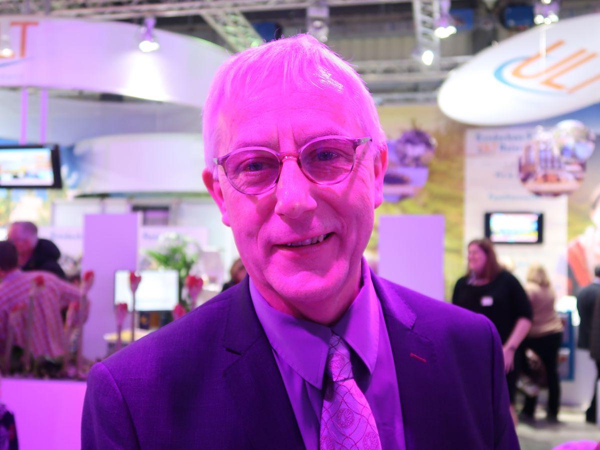 Sous le lumière violette du stand, Richard Cuisinier des Voyages Emile Weber, redonne ses couleurs au métier de voyagiste professionnel vers lequel les internautes échaudés reviennent pour obtenir de meilleures garanties.