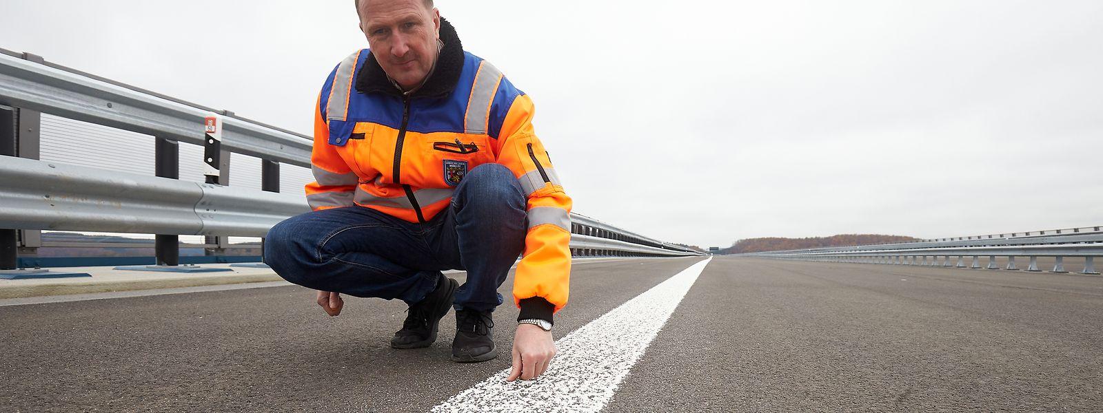 Christoph Schinhofen, Bauaufseher beim Landesbetrieb Mobilität Rheinland-Pfalz, begutachtet die soeben aufgebrachten Fahrbahnmarkierungen auf der Hochmoselbrücke.