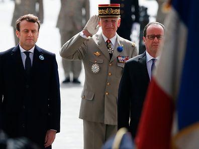 A transição de poder entre Emmanuel Macron, à esquerda, e François Hollande, à direita, vai ter lugar no domingo, dia 14.