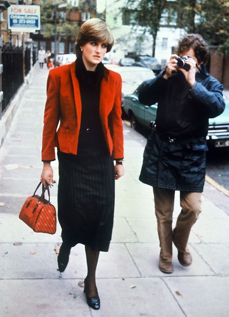 Ein Fotograf folgt Lady Diana Frances Spencer, die damals mit Prinz Charles befreundet war.