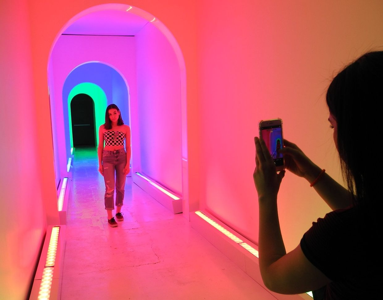 """Besucher fotografieren sich in einem der Räume der Installation """"Dream Machine"""". Die Schau ist die jüngste in einer Reihe von Installationen und sogenannten Museen in den USA, die Besucher auf der Jagd nach frischen Likes in sozialen Netzwerken anlockt."""
